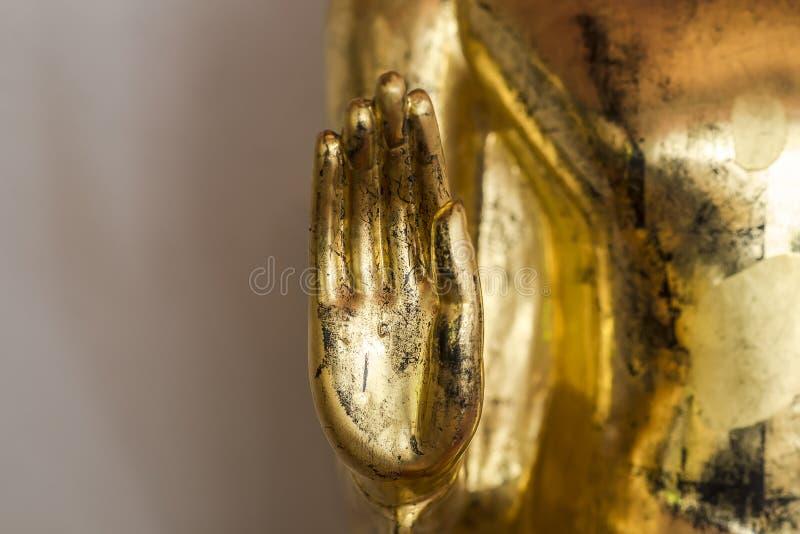 Gammal guld- Buddhastatyhand (fokushanden) fotografering för bildbyråer
