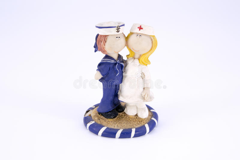 Gammal gullig isolerad sjöman- och sjuksköterskapolyresindocka royaltyfria bilder