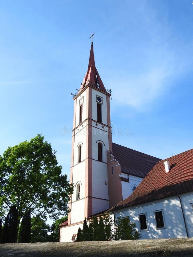 Gammal härlig katolsk kyrka, Litauen royaltyfria foton