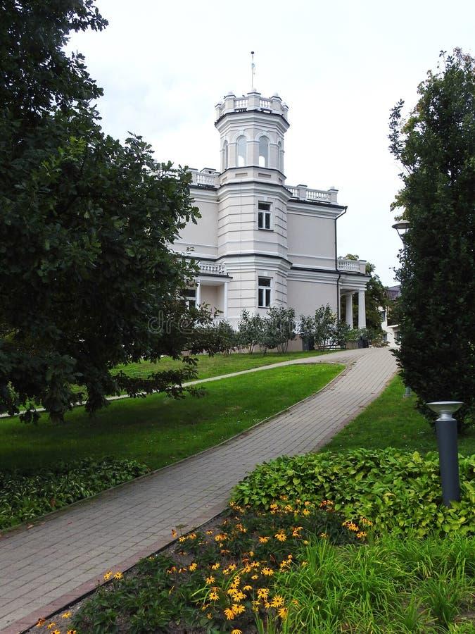 Gammal härlig vithem och bana, Litauen royaltyfria bilder