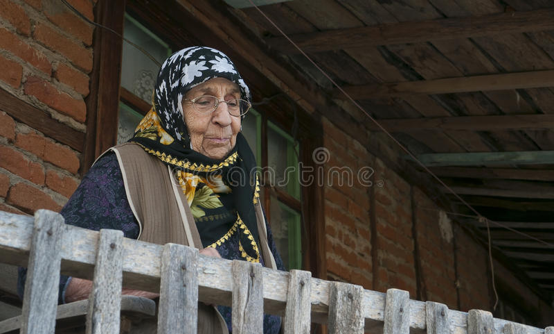 gammal hög kvinna för balkongfarmorhus royaltyfri fotografi