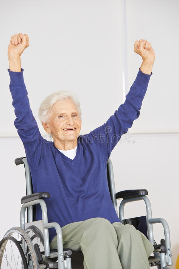Gammal hög kvinna i rullstolbifall royaltyfria bilder