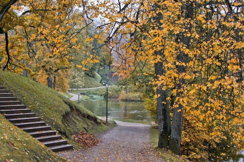 Gammal höstlig park i Cesis, Lettland fotografering för bildbyråer