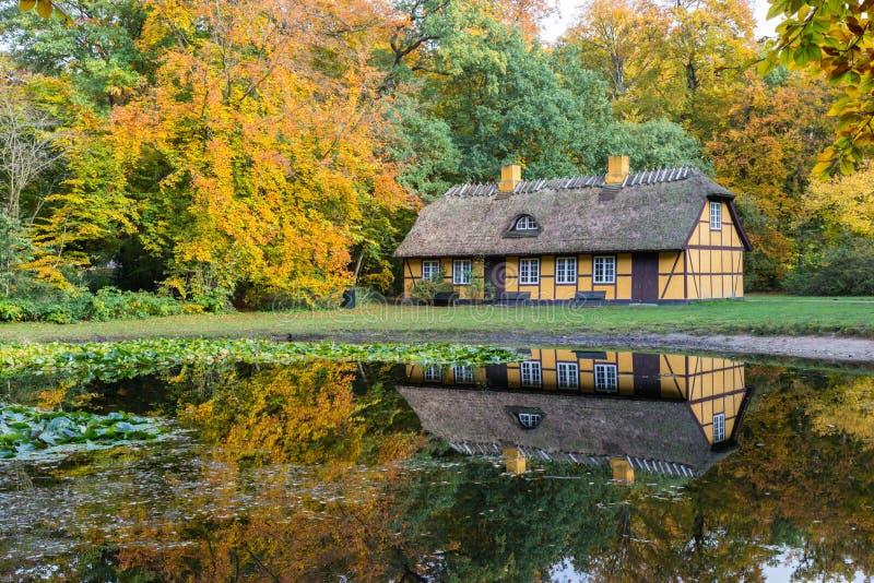 Gammal halva timrat hus med det halmt?ckte taket i Charlottenlund, Danmark fotografering för bildbyråer