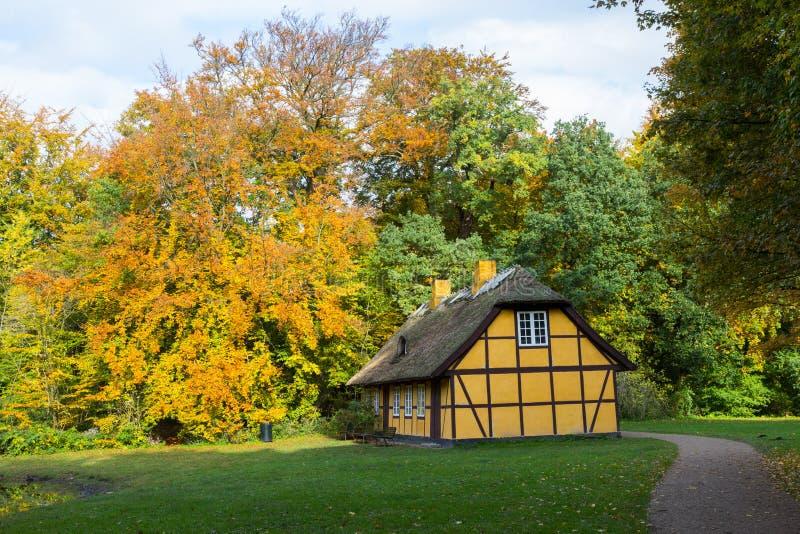Gammal halva timrat hus med det halmt?ckte taket i Charlottenlund, Danmark arkivfoto