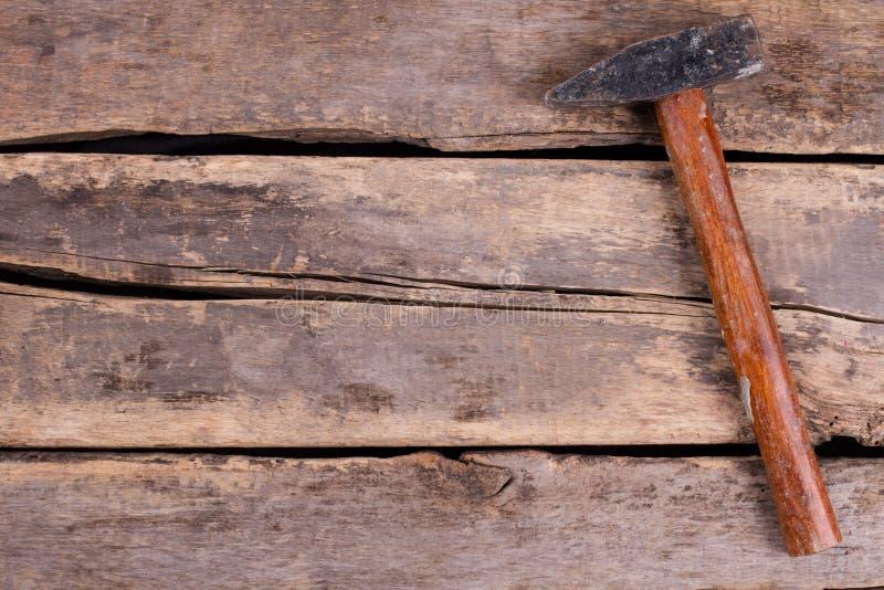 Gammal hammare p? lantliga tr?br?den royaltyfria bilder