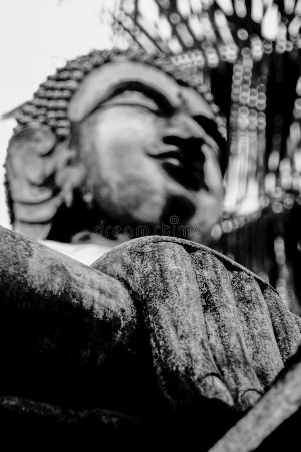 Gammal hand av den buddha statyn royaltyfria foton