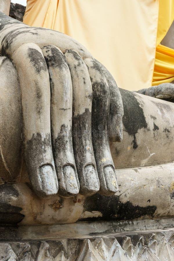 Gammal hand av den buddha statyn arkivfoto