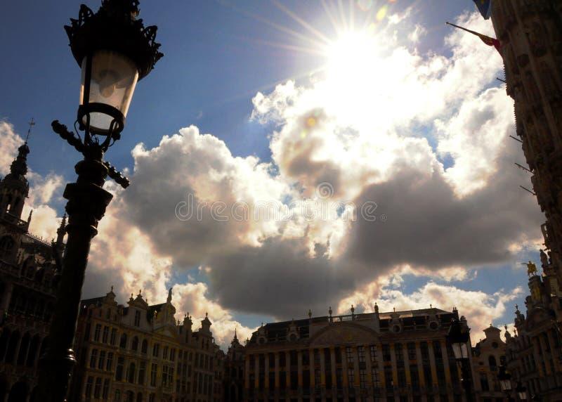 Gammal himmel för stadfyrkant av Bruges royaltyfria bilder