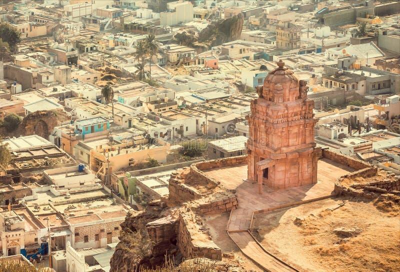 Gammal hinduisk tempel och indisk stad Cityscape av Badami, Karnataka Sten sned strukturer av forntida Indien royaltyfri foto