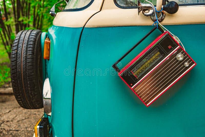 Gammal hippievagn med radion arkivbilder