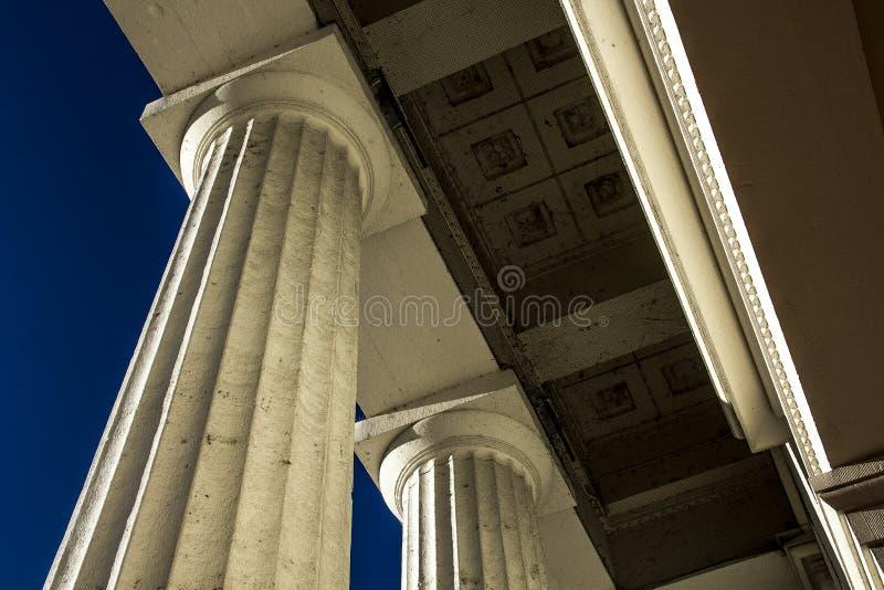 Gammal historisk byggnad för arkitekturKapitoliumdomstolsbyggnad med pelare för runda kolonner royaltyfri bild