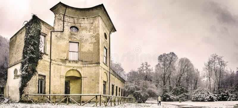 Gammal historisk byggnad fördärvar i vinterlandskap - den lokala urbexgränsmärket fördärvar av villasampieriklon i Casalecchio di fotografering för bildbyråer