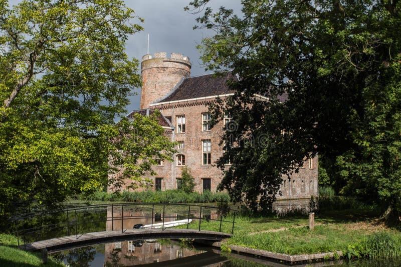 Gammal historisk slott i en skog, Nederländerna under Nederländerna för höst för nedgångsäsong arkivfoto