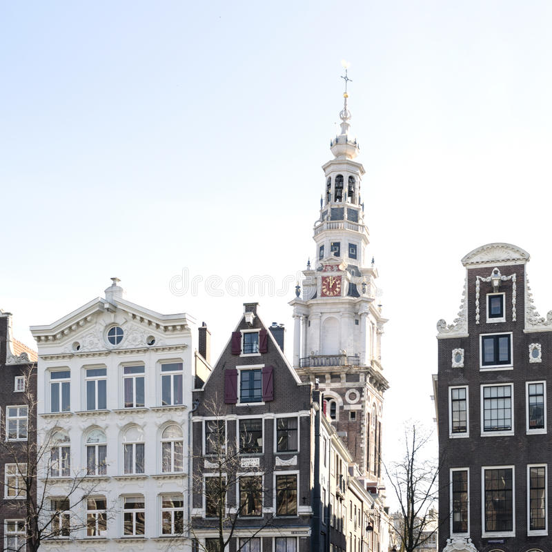 Gammal holländarehus och kyrka i Amsterdam royaltyfri fotografi