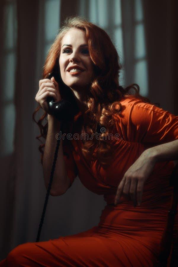 Gammal Holllywood bild av kvinnan på telefonen royaltyfri fotografi