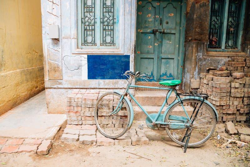 Gammal hus och cykel på Madurai, Indien royaltyfri bild