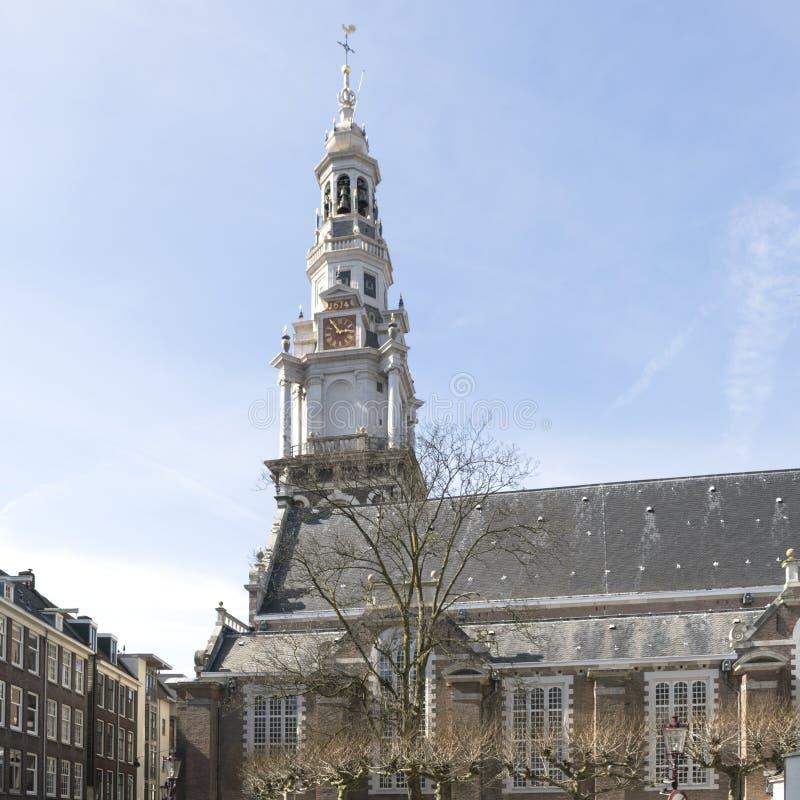 Gammal hus och kyrka i Amsterdam royaltyfria bilder