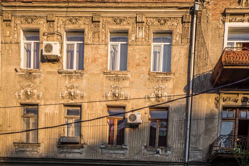 Gammal husfasad i tbilisi royaltyfria bilder