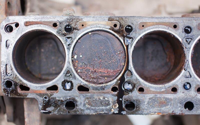 Gammal icke-arbete motor med rostiga pistonger royaltyfria bilder