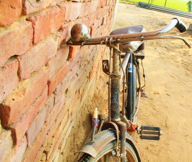 Gammal indisk cykel i gatan av Indien royaltyfri foto