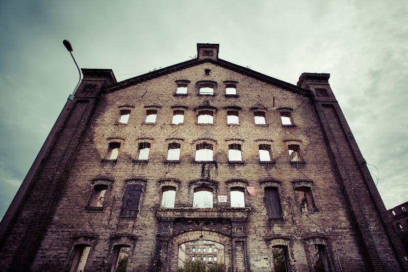 Gammal industribyggnad i Gdansk arkivbild