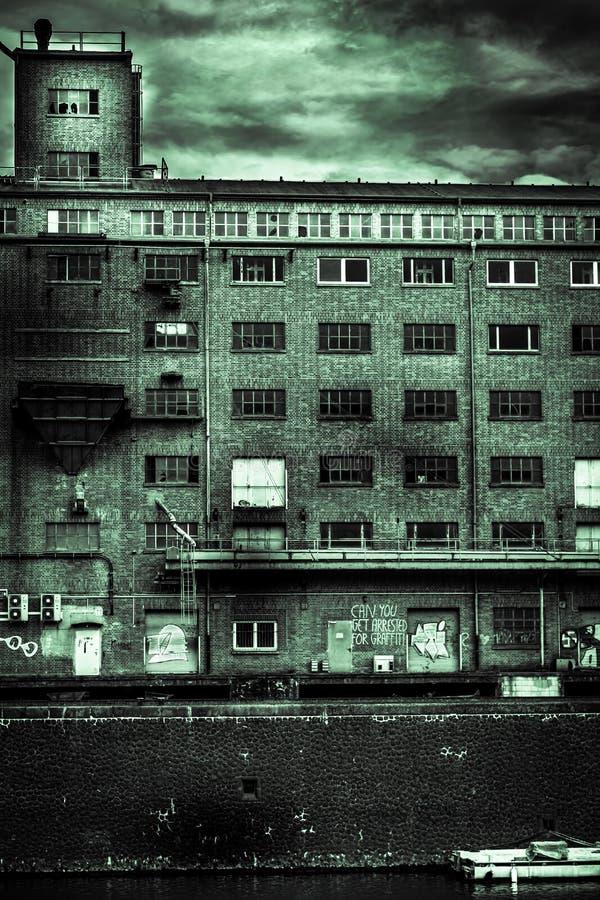 Gammal industriell lägenhet nära sjön royaltyfria bilder