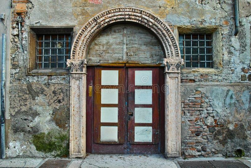 Gammal ingångsdörr i italiensk stad arkivfoton