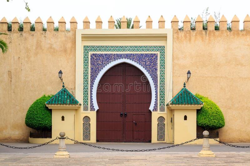 Gammal ingångsdörr på den kungliga slotten i Marocko Fes royaltyfri fotografi