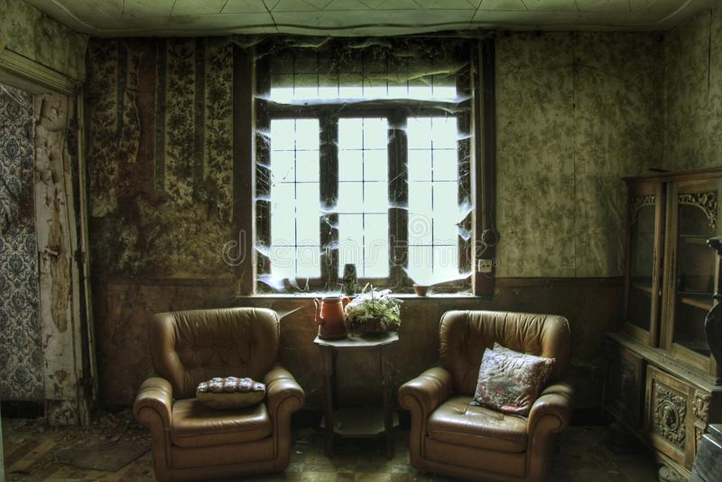 Gammal inre av ett övergett hus arkivbild