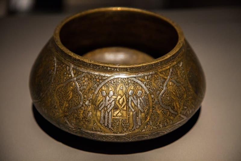 Gammal inristad arabisk metallisk kruka arkivbilder