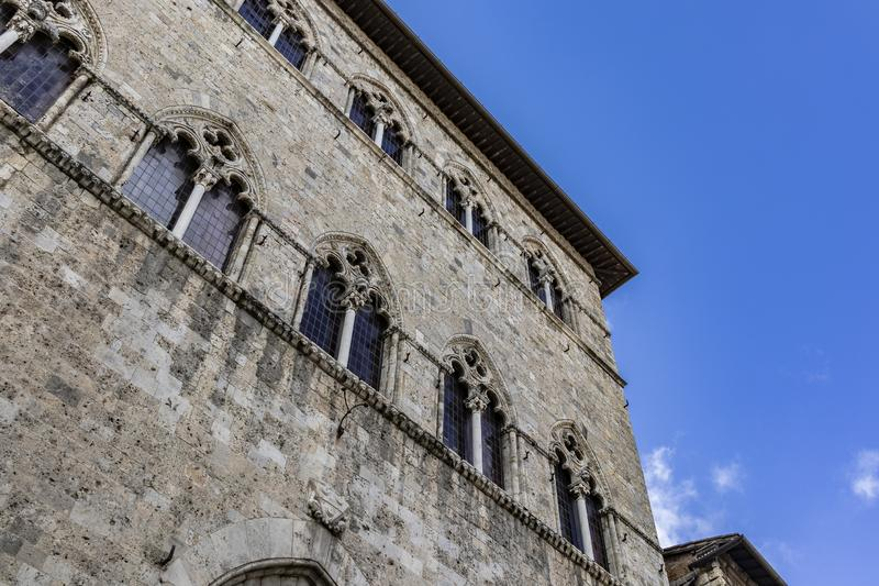 Gammal italiensk forntida byggande fasad på en diagonal nedersta sammansättning royaltyfri bild