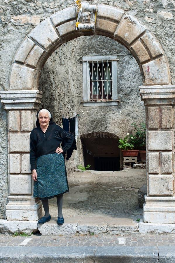 Gammal italiensk kvinna arkivfoton