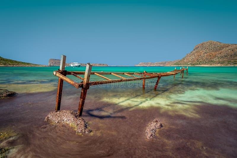 Gammal järnbrygga på den Balos stranden, Kreta, Grekland arkivfoto
