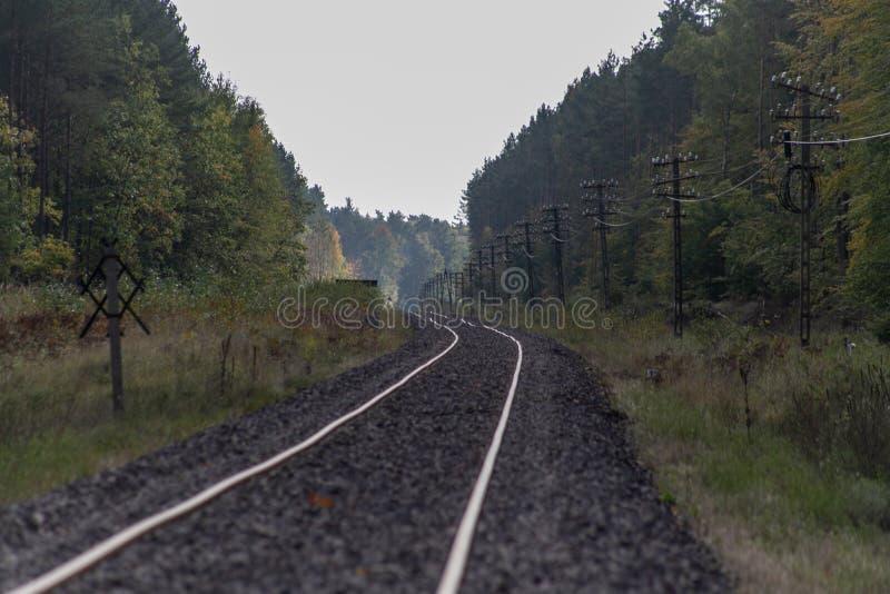 Gammal järnväg dragkraft i Centraleuropa Den järnväg linjen är unde arkivbild