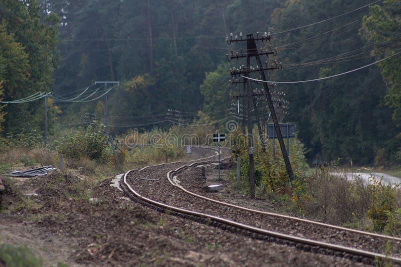 Gammal järnväg dragkraft i Centraleuropa Den järnväg linjen är unde royaltyfri bild