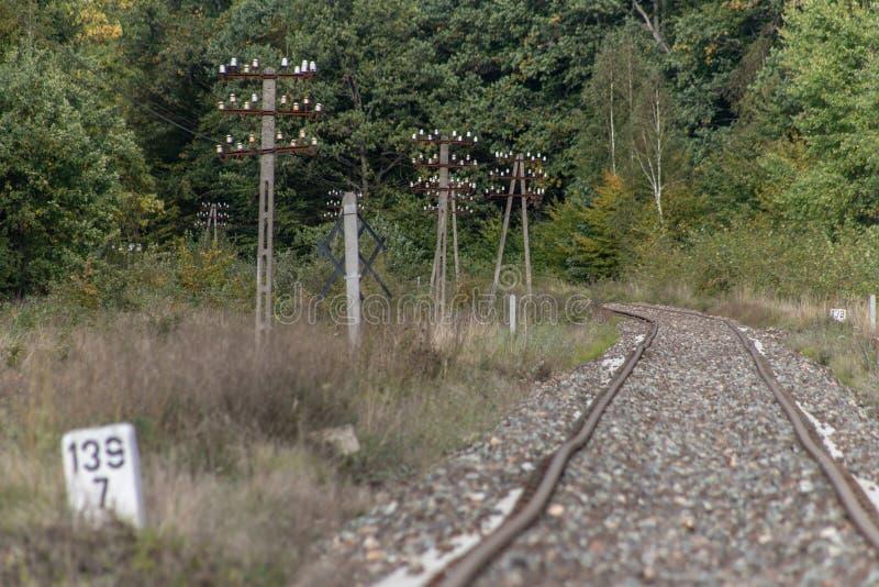 Gammal järnväg dragkraft i Centraleuropa Den järnväg linjen är unde royaltyfria foton