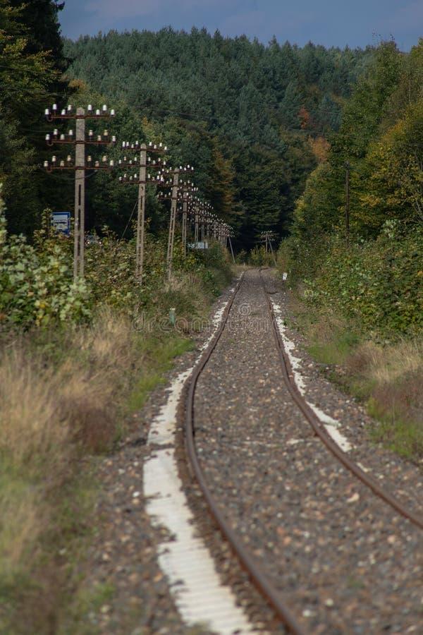 Gammal järnväg dragkraft i Centraleuropa Den järnväg linjen är unde arkivbilder