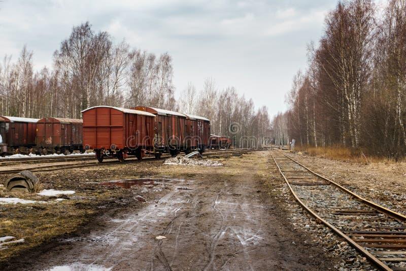 Gammal järnväg med vagnar arkivfoton