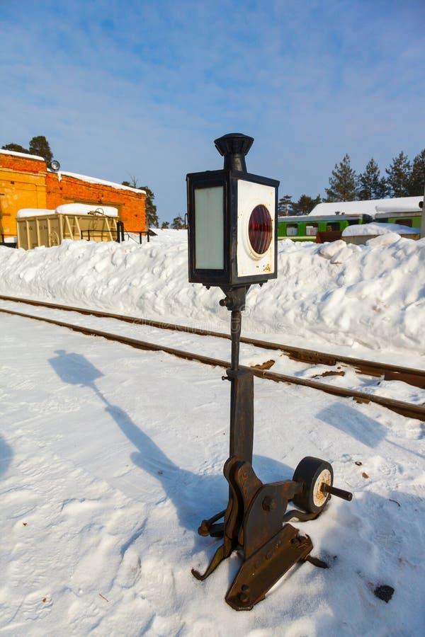 Gammal Järnväg Pil Med En Lykta I Snö Arkivfoto Bild av