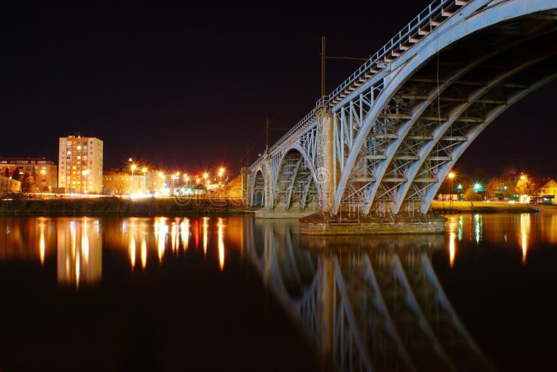 Gammal järnvägsbro vid natt royaltyfria bilder