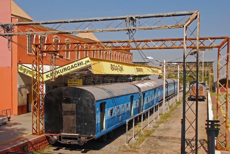 Gammal järnvägsstation med drev och den fot- bron royaltyfri foto