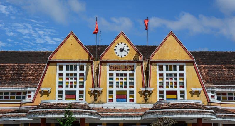 Gammal j?rnv?gsstation i Dalat, Vietnam royaltyfri bild
