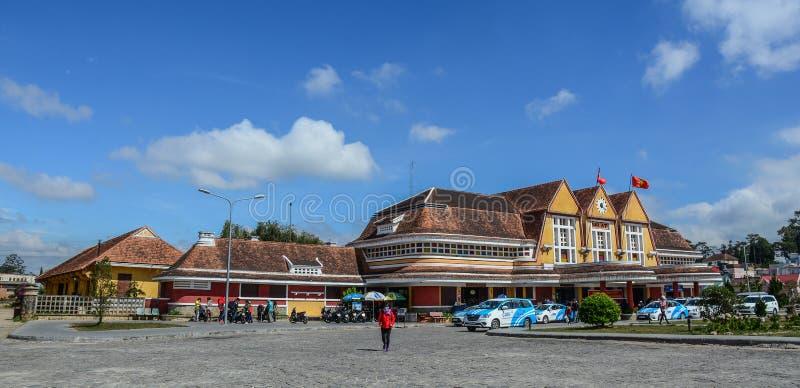 Gammal j?rnv?gsstation i Dalat, Vietnam royaltyfri foto