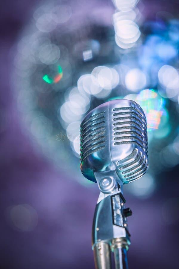 Gammal jazzmikrofon för stil fotografering för bildbyråer