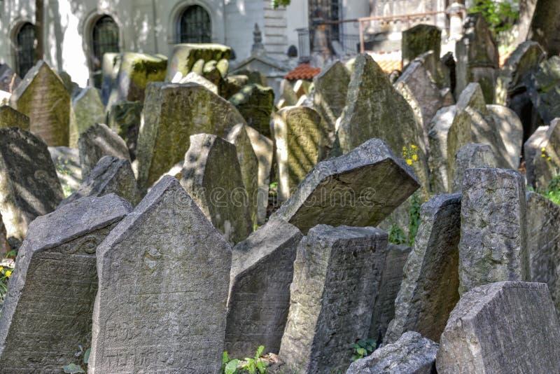Gammal judisk kyrkogård i Josefov, Prague, Tjeckien royaltyfria bilder