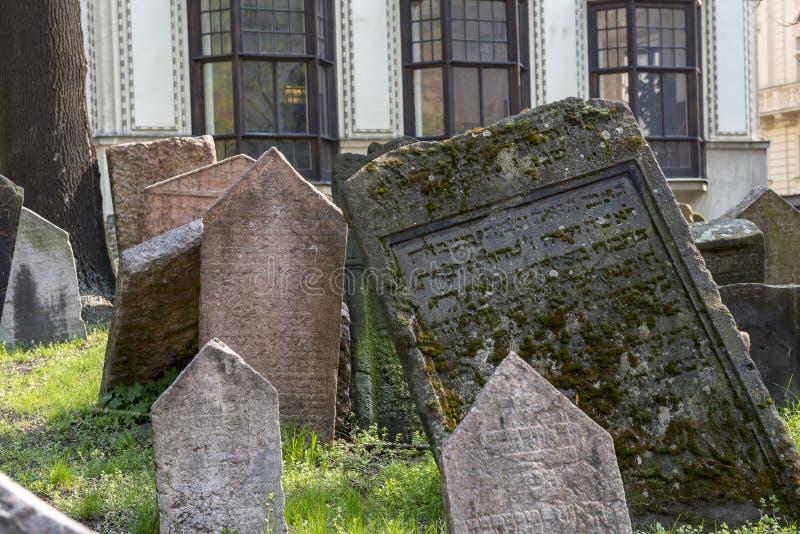 Gammal judisk kyrkogård i Josefov, Prague, Tjeckien arkivfoto
