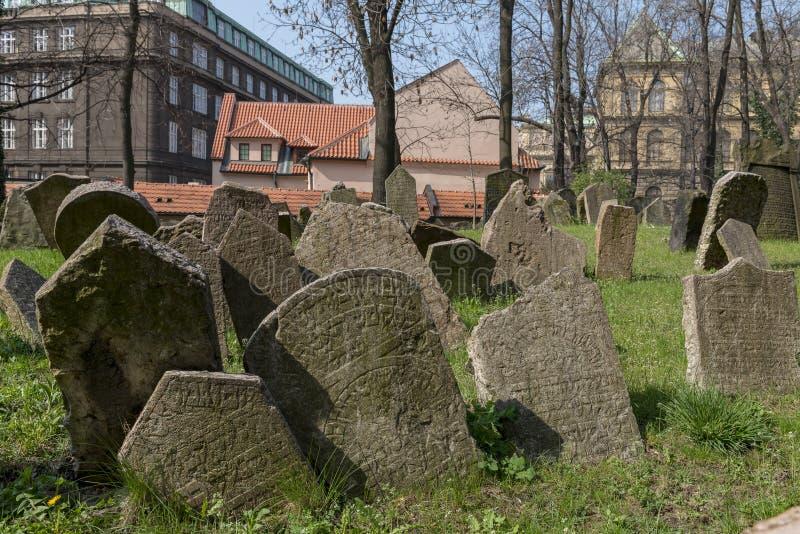 Gammal judisk kyrkogård i Josefov, Prague, Tjeckien royaltyfri foto