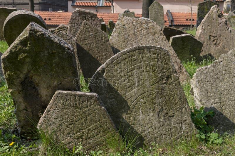 Gammal judisk kyrkogård i Josefov, Prague, Tjeckien royaltyfri fotografi