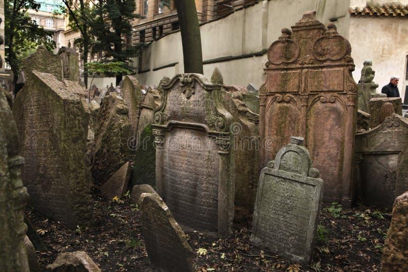 Gammal judisk kyrkogård i Prague, Tjeckien arkivbild